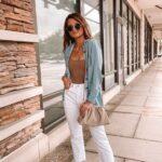 Outfits con jeans blancos para mujeres maduras