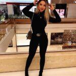 Outfits con jeans negros monocromáticos
