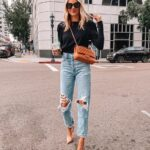 Outfits con jeans rotos para mujeres maduras