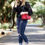 Outfits con jeans y tacones para mujeres maduras