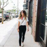 Outfits para mujeres maduras con jeans negros y tenis