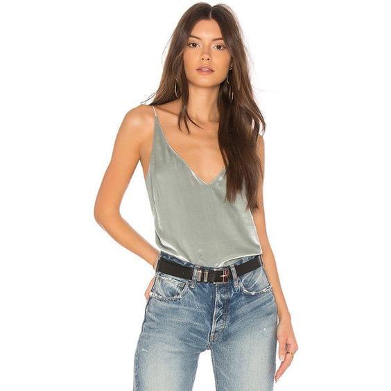 Diseños de blusas con escotes en V para mujeres de 40