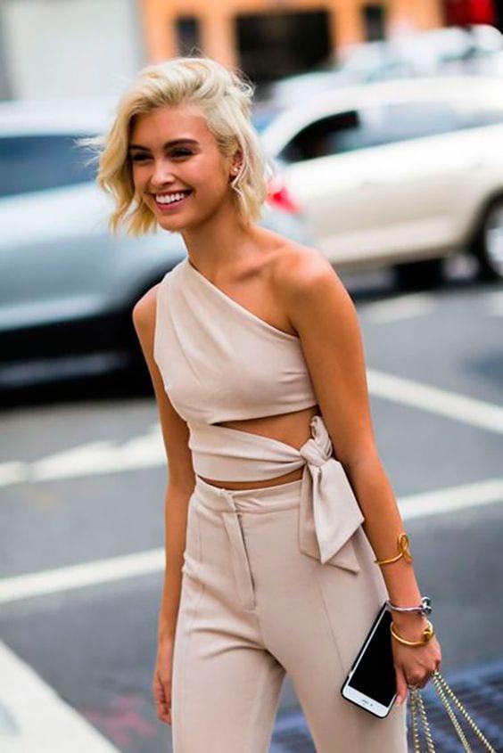 Diseños de blusas con un hombro para mujeres de 40