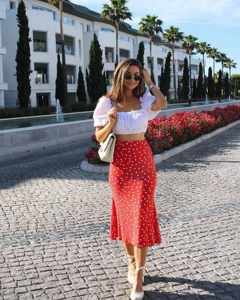 Ideas de looks coloridos con faldas para mujeres maduras