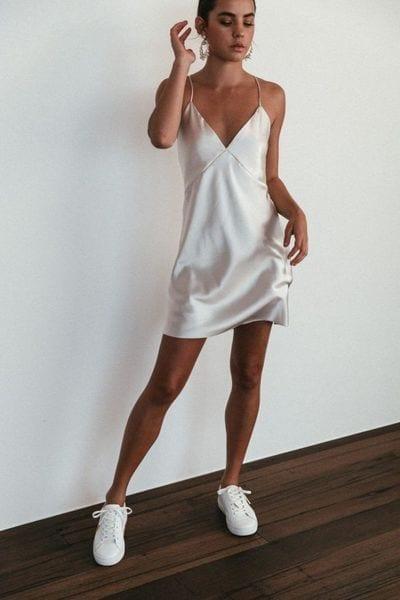 Ideas de outfits con slip dress blanco