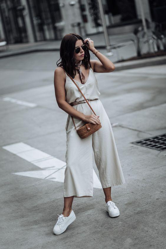 Ideas para usar tus jumpsuits con tenis blancos si eres una mujer madura
