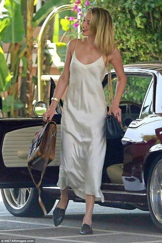 """Ideas para usar un """"slip dress"""" y verte increíble si eres una mujer mayor de 40"""