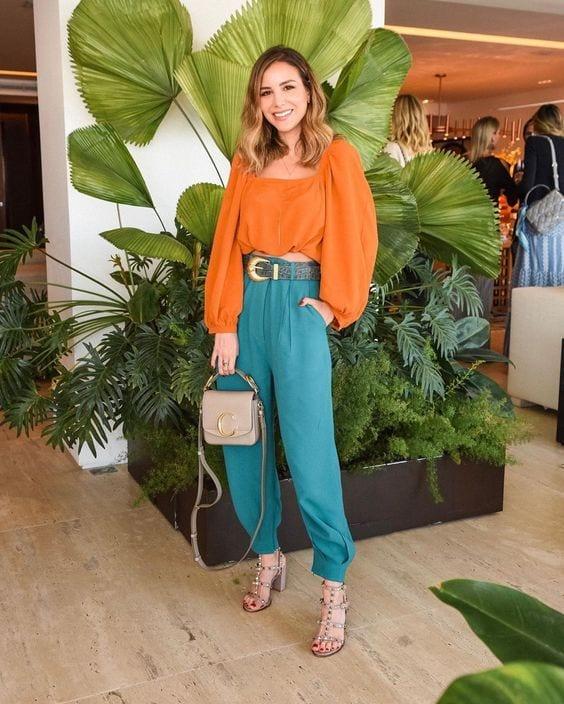 Looks con blusas coloridas para mujeres maduras