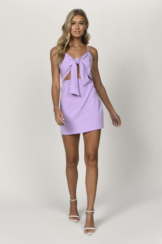 Looks con vestidos color lavanda para mujeres maduras