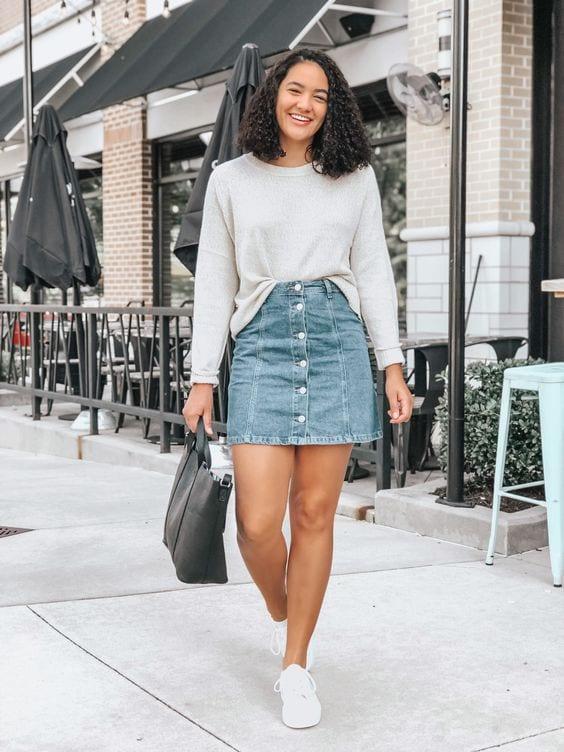 Looks de faldas de mezclilla con blusas básicas