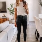 Looks de jeans negros con tenis