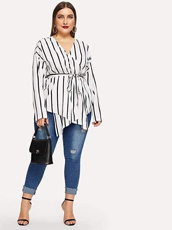 Outfits con blusas cruzadas y jeans de tiro alto