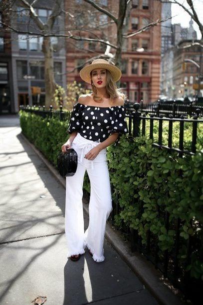 Outfits con blusas sin hombros y jeans blancos