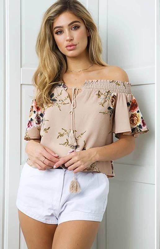 Outfits con blusas sin hombros y short