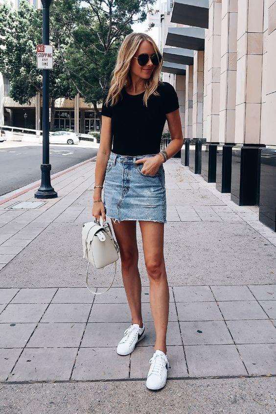 Outfits con faldas de mezclilla y tenis