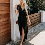 Outfits con wrap dress color negro para mujeres maduras