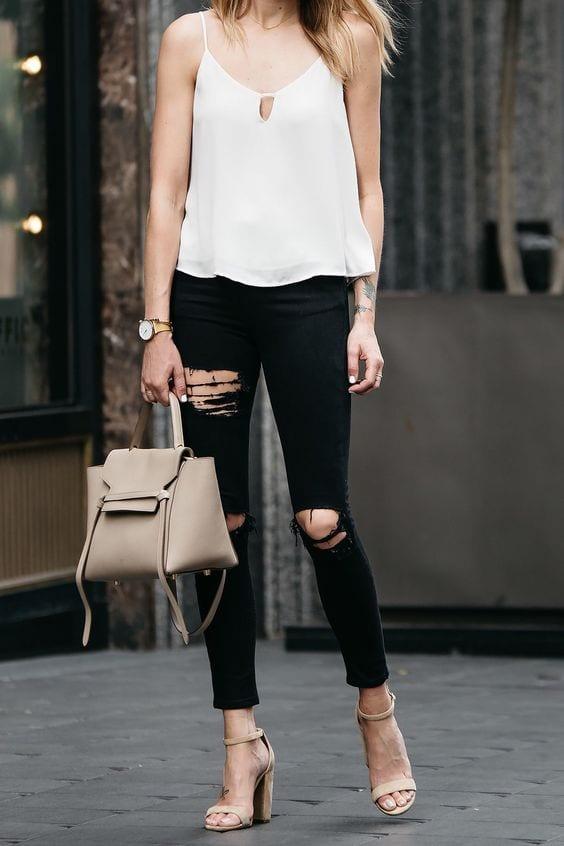 Outfits de jeans negros con tacones