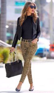 Pantalones con estampado animal print para mujeres maduras