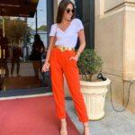 Usa ropa con estampados y colores brillantes