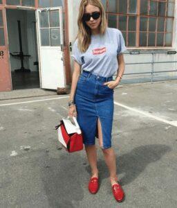 Combina faldas lápiz de mezclilla con camisetas básicas