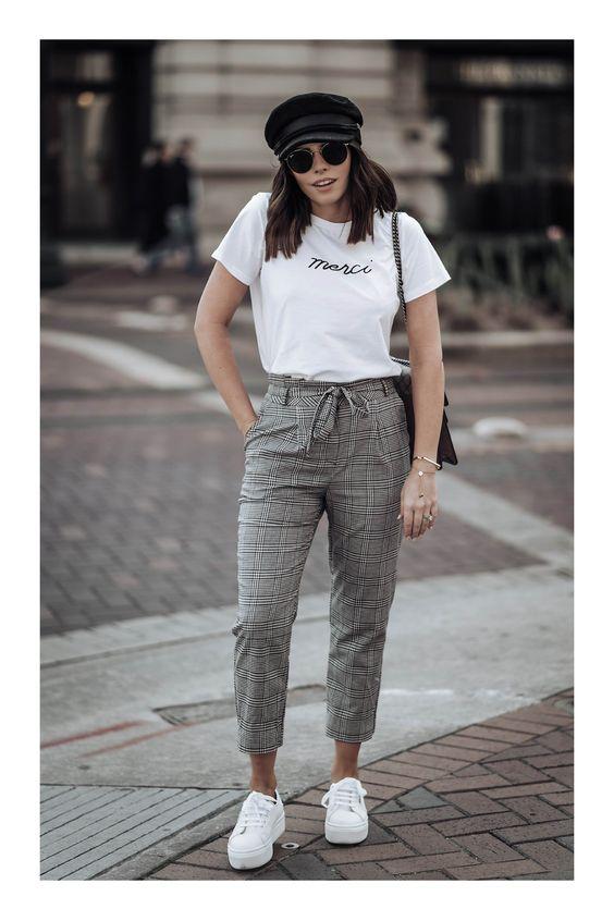 Pantalones de cuadros con blusas blancas