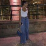 Jeans rectos con blusas blancas
