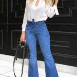 Outfits de jeans acampanados con blusas blancas