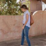 Jeans de mezclilla con tenis blancos
