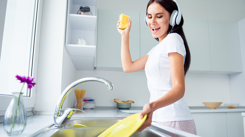 Lava los platos después de cada comida