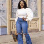Looks con jeans acampanados plus size