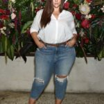Looks con jeans y plataformas para mujeres plus size