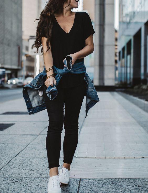 Looks con pantalones negros y tenis blancos