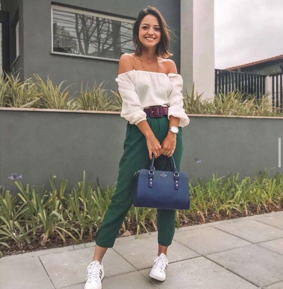 Looks con tenis blancos y ropa colorida