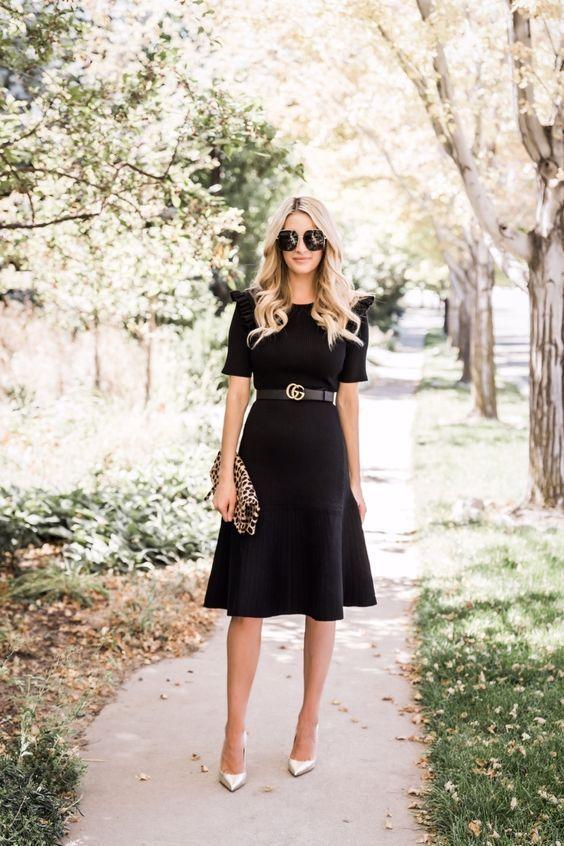Looks con vestido negro para mujeres de 40