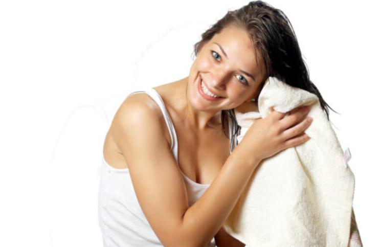 No secar con toalla y otras cosas que puedes hacer para cuidar tu cabello chino u ondulado