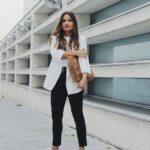 Outfits con tenis blancos y blazers