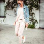 Outfits en colores nude con tenis blancos