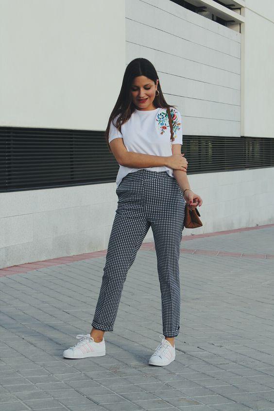 Pantalones de cuadros con tenis
