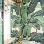 Papel tapiz para baños con acentos tropicales