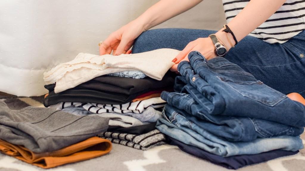 Recoge y guarda ropa