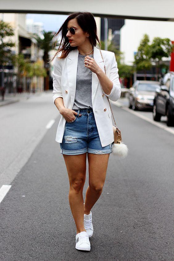 Tenis blancos combinados con short de mezclilla