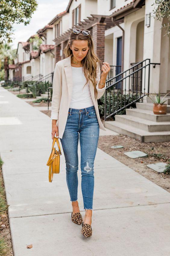 15 Outfits elegantes con jeans para ir a trabajar