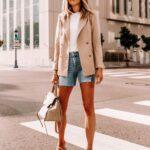Combina shorts de mezclilla con blazer beige