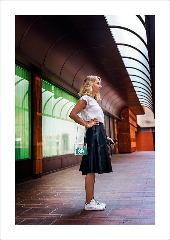 Faldas midi de cuero con tenis