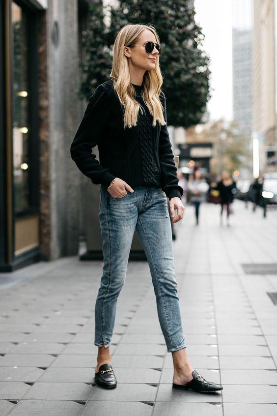 Jeans claros combinados con prendas oscuras