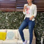 Jeans con blazer blanco