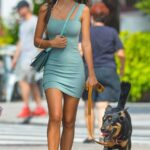Looks con vestidos ceñidos y tenis