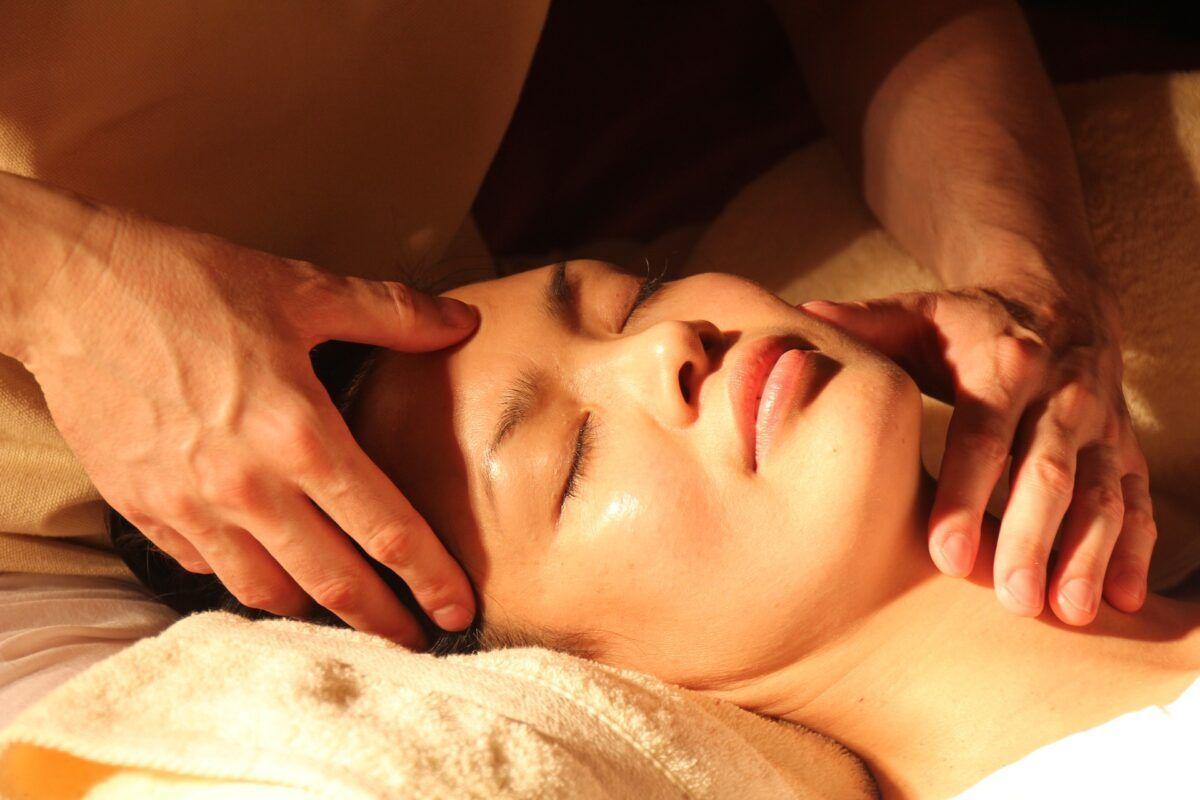 Masaje facial para flacidez de pieles maduras
