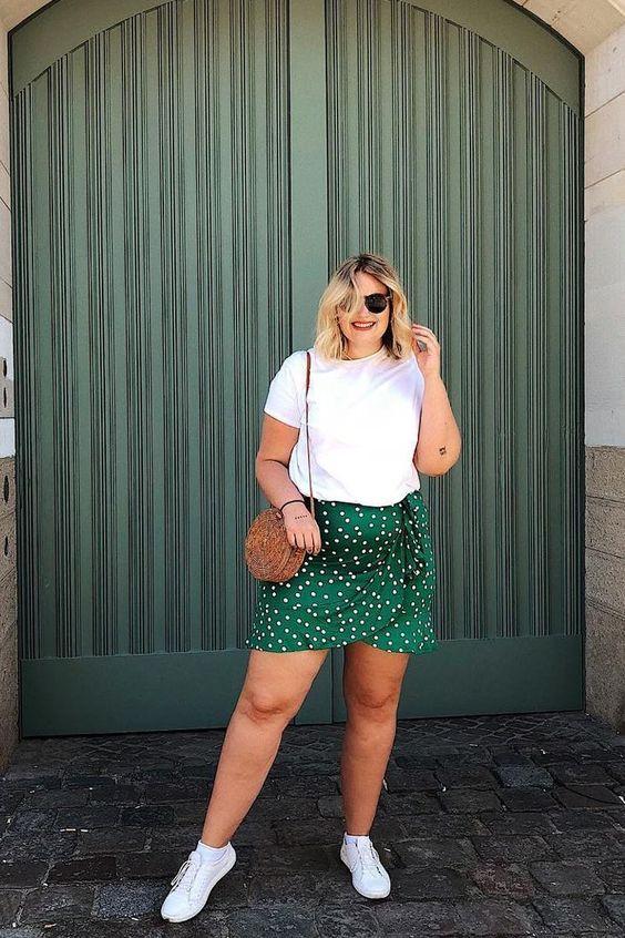 Outfits casuales con tenis blancos para mujeres gorditas