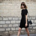 Outfits con vestidos negros y tenis básicos